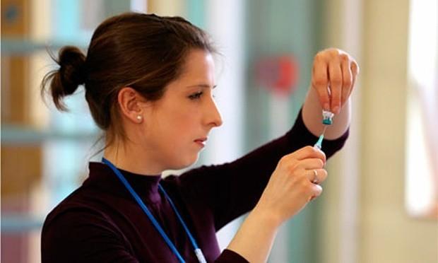 Một y tá chuẩn bị tiêm ngừa vắc xin cho trẻ tại Anh. Ảnh: Athena