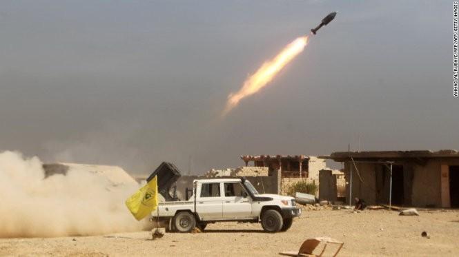 Các chiến binh người Shiite bắn rốc-két về phía IS khi đang tiến về phía Baiji, Iraq - Ảnh: AFP