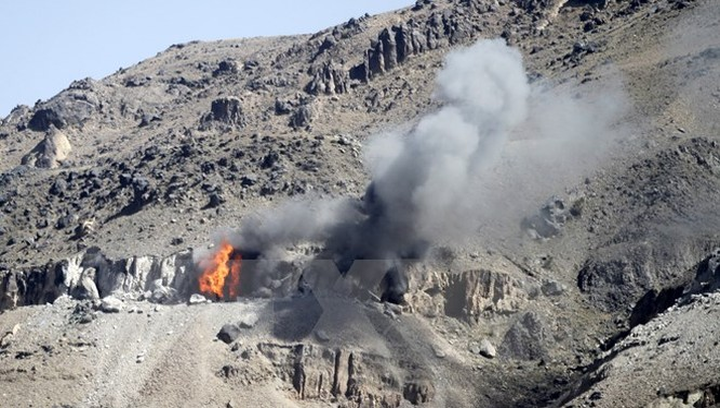 Khói bốc lên từ một kho vũ khí sau các vụ oanh kích của liên quân Arab xuống vùng núi Nuqom, Yemen. (Nguồn: Reuters/TTXVN)