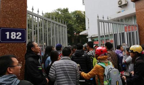 Người dân chầu chực chờ đăng ký tiêm vắc-xin dịch vụ cho con tại 182 Lương Thế Vinh, TP Hà Nội hôm 25-12 Ảnh: Nguyễn Hưởng