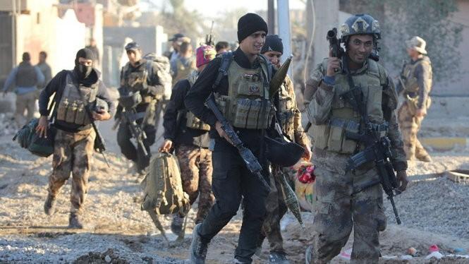 Binh sĩ Iraq vui mừng khi giành lại được Ramadi - Ảnh: Anadolu