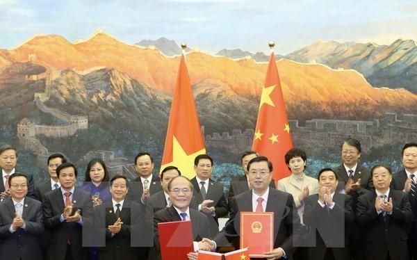Chủ tịch Quốc hội Nguyễn Sinh Hùng và Chủ tịch Nhân đại Trương Đức Giang ký Thỏa thuận hợp tác giữa Quốc hội hai nước. (Ảnh: Nhan Sáng/TTXVN)