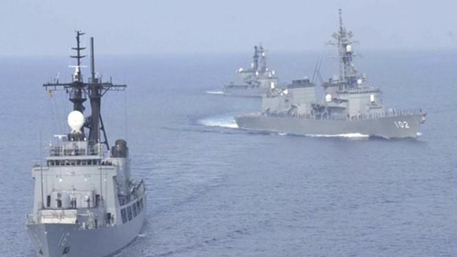 Tàu khu trục Harusame (bên phải) và Amagiri (bên trái) của Lực lượng phòng vệ trên biển Nhật Bản trong một cuộc tập trận chung với Hải quân Philippines trên Biển Đông hồi tháng 5.2015 - Ảnh: Reuters