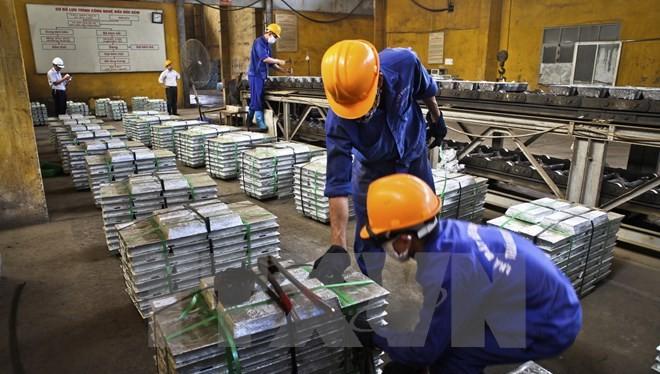 Đóng gói sản phẩm kẽm thỏi tại Nhà máy Kim loại màu Thái Nguyên thuộc Tập đoàn Công nghiệp Than-Khoáng sản Việt Nam. (Ảnh: Trọng Đạt/TTXVN)