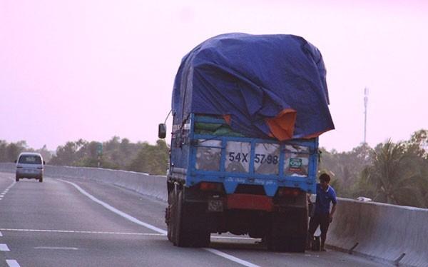 Xe bị nổ lốp trên đường cao tốc chủ yếu là các xe chở quá tải.