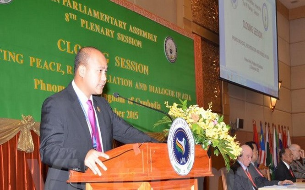 Nghị sỹ Hun Many đọc Tuyên bố Phnom Penh tại phiên bế mạc Hội nghị lần thứ 8 các Nghị viện châu Á. (Ảnh: Trần Chí Hùng/Vietnam+)