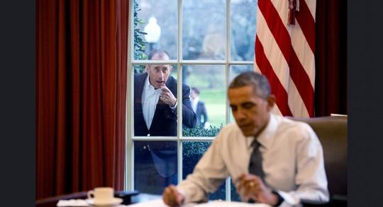 Diễn viên hài Jerry Seinfeld gõ cửa sổ Phòng Bầu dục trong một phân đoạn của bộ phim 'Comedians in Cars Getting Coffee' hôm 7-12-2015.