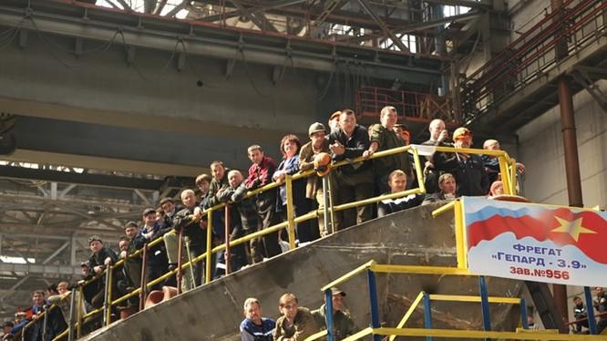 Tàu Gepard 3.9 thứ 3 của Việt Nam đang được Nhà máy Gorky đóng, có số hiệu 956 - Ảnh: Nhà máy