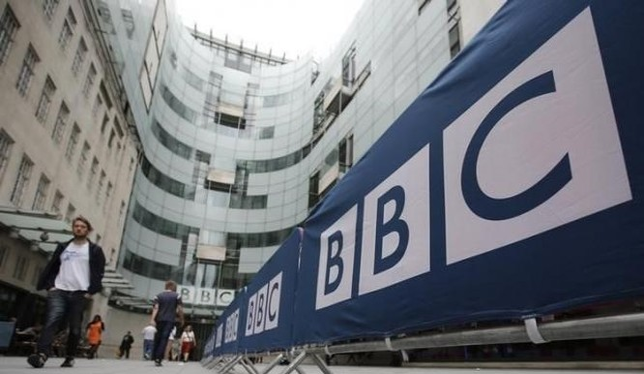 Hàng rào trước trụ sở và trường quay của BBC ở Portland Place, thủ đô London của Anh. (Nguồn: Reuters)