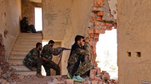 Lực lượng Các đơn vị bảo vệ người Kurd (YPG) theo dõi hoạt động của IS ở TP Hasaka - Syria Ảnh: REUTERS
