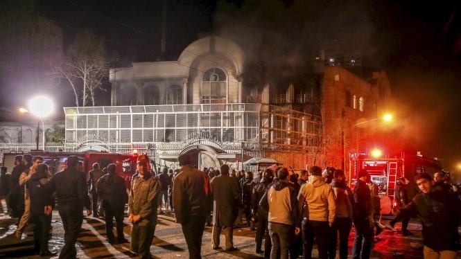 Khói bốc lên từ Đại sứ quán Saudi Arabia ở Iran, nơi bị người dân đốt phá - Ảnh: Reuters
