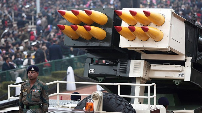 Hệ thống tên lửa phóng hàng loạt Pinaka trong lễ duyệt binh ngày 26.1.2015 ở New Delhi, Ấn Độ - Ảnh: Reuters