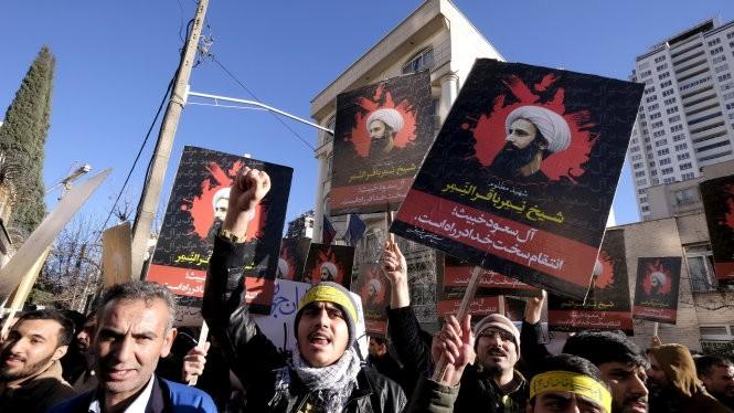 Người Iran biểu tình phản đối Saudi Arabia ở Tehran - Ảnh: Reuters