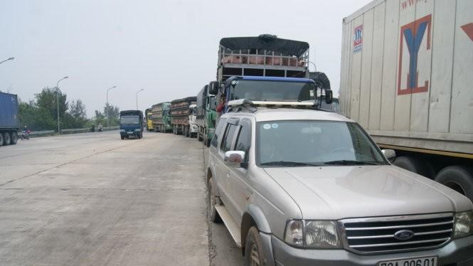 Phương tiện tham gia giao thông bị ách tắc do người dân chặn Trạm thu phí - Ảnh: Minh Ngọc