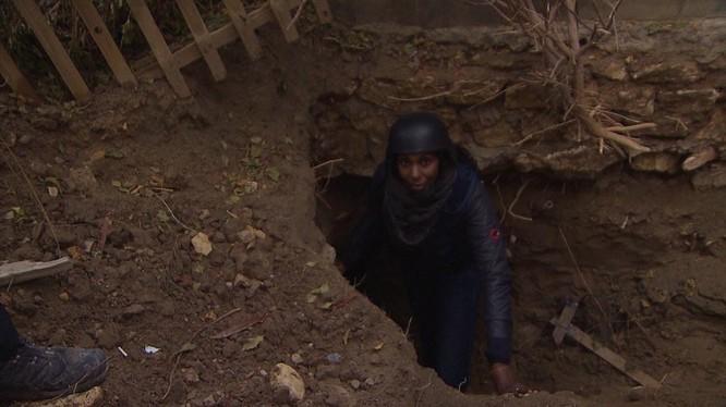 Phóng viên đi xuống một đường hầm của IS ở Ramadi. Ảnh: CNN