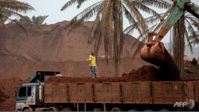 Xe tải chở quặng bauxite tại Malaysia. Ảnh: AFP