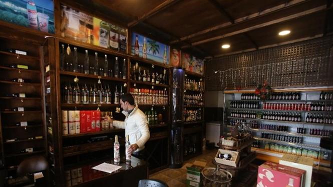 Những chai rượu vodka Nga đang thay thế các loại rượu whisky và arak ở khu vực Latakia, Syria - Ảnh: AFP