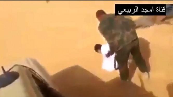 Nhiều tên phiến quân IS đã bị bắt sống khi đang dạo chơi trên sa mạc.