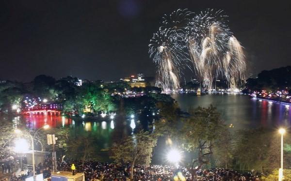 Người dân Hà Nội xem pháo hoa dịp năm mới. (Ảnh minh họa: TTXVN)