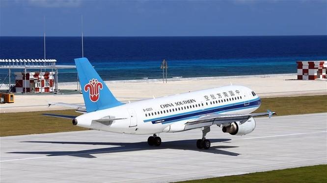 Máy bay của hãng hàng không Phương Nam, Trung Quốc, trên đường băng phi pháp ở đá Chữ Thập, thuộc quần đảo Trường Sa của Việt Nam. Ảnh: Tân Hoa xã