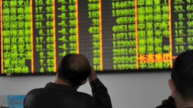 Nhà đầu tư Trung Quốc lo lắng theo dõi diễn biến thị trường chứng khoán trong một phòng giao dịch ở Hàng Châu - Ảnh: Reuters