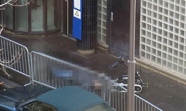 Thi thể kẻ tấn công trước đồn cảnh sát tại quận 18 ở Paris