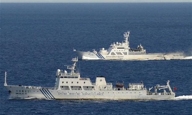 Tàu Nhật ngăn tàu Trung Quốc gần quần đảo tranh chấp. Ảnh: Reuters