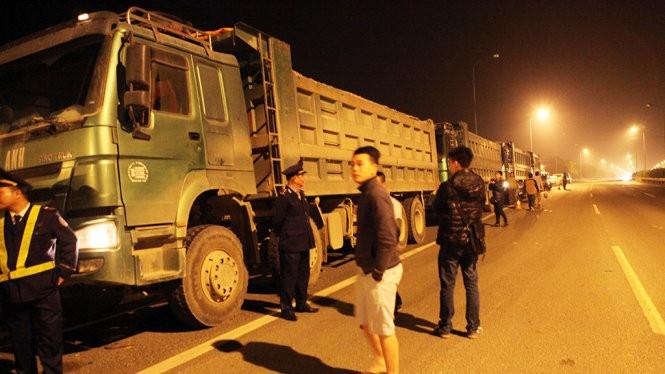 Đoàn xe dán chữ Tuấn Anh nằm vạ trên đại lộ Thăng Long - Ảnh: Tuấn Phùng