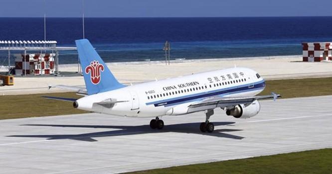 Máy bay Trung Quốc đáp xuống đá Chữ Thập ngày 6.1 - Ảnh: Chinanews.com