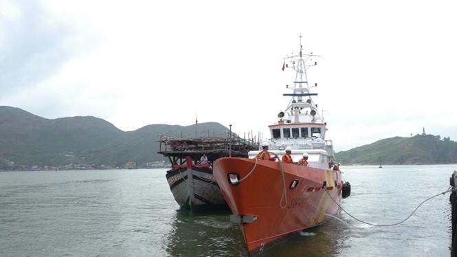 Tàu SAR 412 lai dắt tàu cá của ngư dân Bình Định bị nạn trên biển về đất liền - Ảnh minh họa: Hoàng Trọng