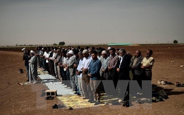 Người Kurd ở Thổ Nhĩ Kỳ và Syria cầu nguyện tại khu vực ngoại ô Suruc, tỉnh Sanliurfa (Thổ Nhĩ Kỳ) gần thị trấn Kobane ngày 10/10. (Nguồn: AFP/TTXVN)