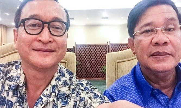 """Thủ tướng Hun Sen (phải) và ông Sam Rainsy trong bức hình """"tự sướng"""" được đăng tải lên facebook hồi tháng 11.2015."""