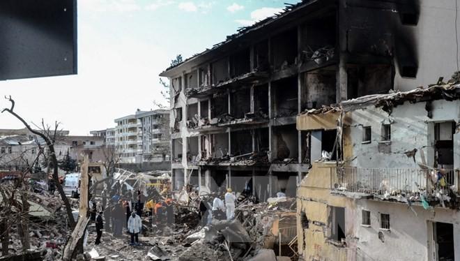 Cảnh sát Thổ Nhĩ Kỳ điều tra tại hiện trường vụ vụ đánh bom mới. (Ảnh: AFP/TTXVN)