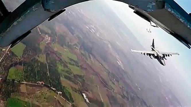 Một chiếc MiG-29 của Syria hộ tống máy bay Su-25 (phải) của Nga - Ảnh: Bộ Quốc phòng Nga