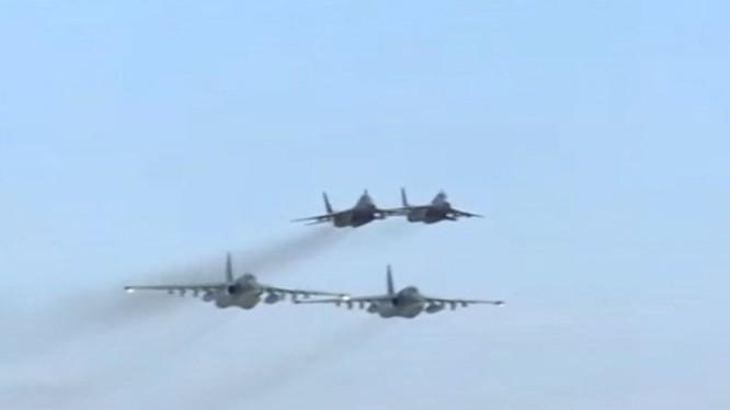 Clip tiêm kích Syria hộ tống máy bay Nga ném bom khủng bố