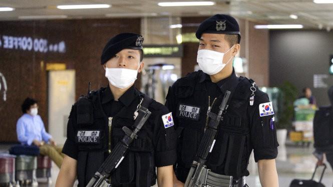 Lực lượng bảo vệ tại sân bay Gimpo, Seoul - Ảnh: Kyodo