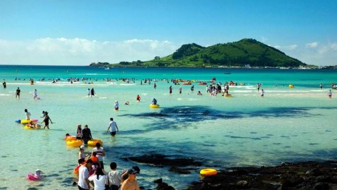Du khách ở đảo Jeju, địa điểm du lịch nổi tiếng của Hàn Quốc - Ảnh: Cơ quan du lịch Jeju