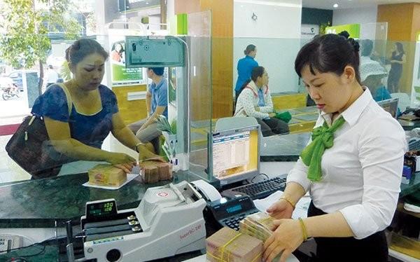 Khách hàng giao dịch tại Vietcombank - ngân hàng có thị phần thẻ ghi nợ nội địa (ATM) lớn nhất tại Việt Nam. Ảnh: UYÊN VIỄN
