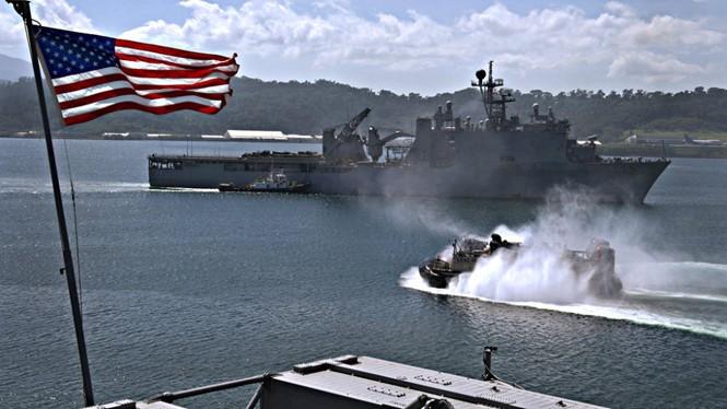 Tàu chiến Hải quân Mỹ ghé vịnh Subic của Philippines - Ảnh: Reuters