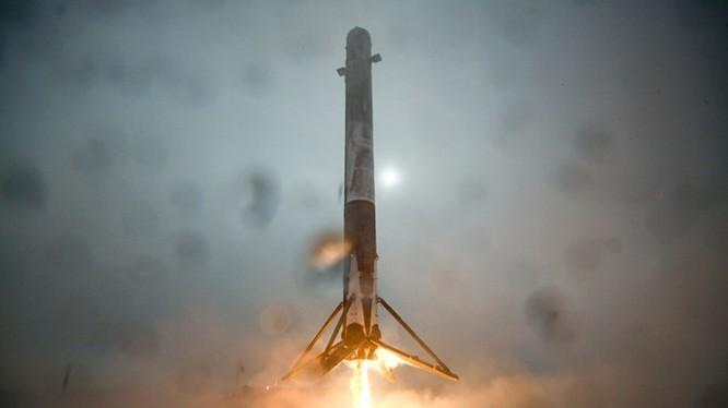 Khoảnh khắc tên lửa đẩy Falcon-9 chuẩn bị hạ xuống dàn đáp ngoài biển Thái Bình Dương ngày 17.1.2016 (giờ Los Angeles) - Ảnh: SpaceX