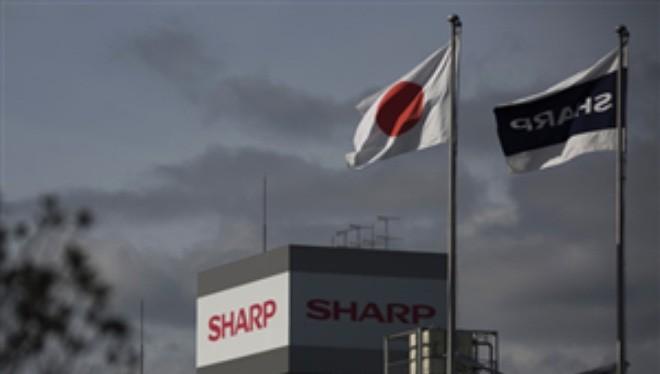 Nếu mua lại Sharp, Foxconn cũng sẽ phải gánh các khoản nợ lớn mà công ty Nhật Bản đang phải chịu. Sharp được cho đang nợ các ngân hàng Nhật số tiền lên tới 510 tỷ yen (4,4 tỷ USD)