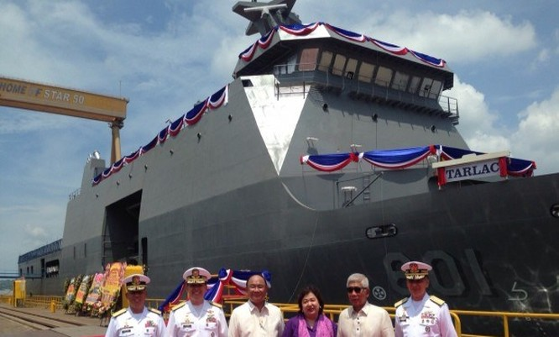 Các quan chức Philippines đứng gần tàu BRP Tarlac do Indonesia sản xuất.