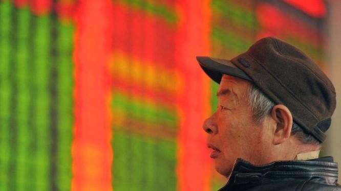 Gương mặt đăm chiêu của một nhà đầu tư chứng khoán Trung Quốc