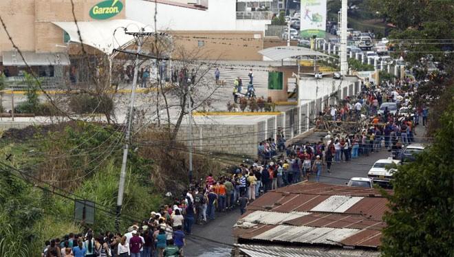 Người dân xếp hàng để mua thực phẩm ở một siêu thị ở San Cristobal, Venezuela. Ảnh: Reuters.