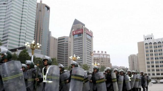 Cảnh sát cơ động Trung Quốc trong một buổi diễn tập chống tham nhũng ở thủ đô Urumqi, Tân Cương - Ảnh:Reuters