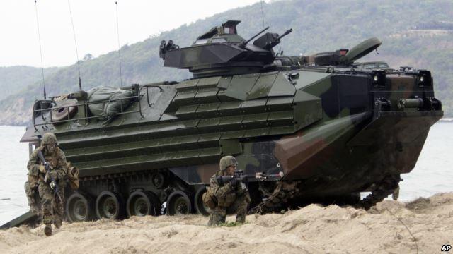 Binh sĩ Thủy quân Lục chiến Mỹ nhảy xuống từ xe tấn công đổ bộ trong cuộc tập trận Hổ Mang Vàng ở Thái Lan.