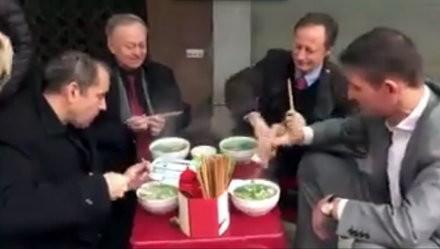 Bốn đại sứ EU, Pháp, Anh, Romania ăn phở lề đường Việt Nam