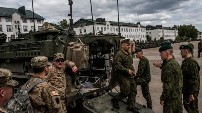 Binh sĩ Lithuanian kiểm tra xe bọc thép Stryker của quân đội Mỹ trong một cuộc tập trận năm ngoái - Ảnh: NYT