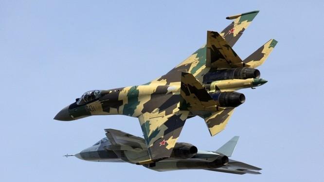 Máy bay chiến đấu Su-35 của Nga thực hiện thao diễn trên không (ITAR-TASS/Marina Lystseva)