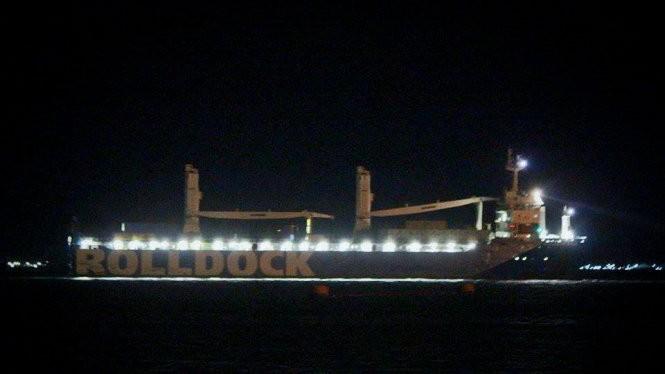 Tàu mẹ Rolldock Star chở tàu ngầm kilo HQ-186 Đà Nẵng thả neo trên vịnh Cam Ranh - Ảnh: Cam Lập